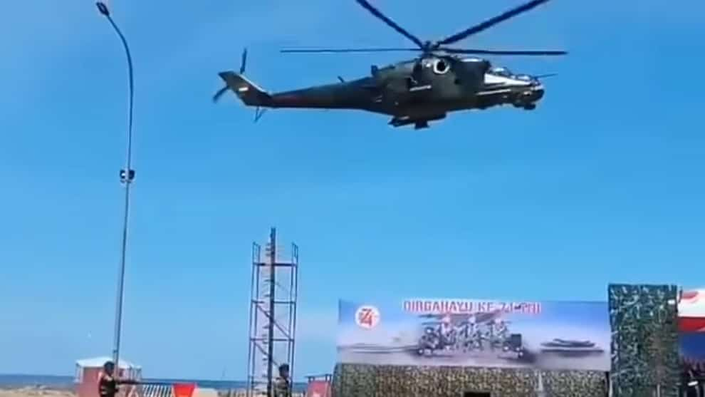 VIDEO: Helicóptero arrasa accidentalmente la decoración en un desfile militar